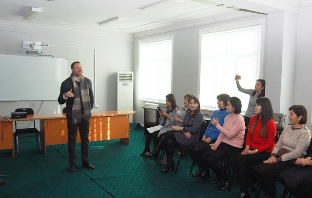 DSC 8991 - A well-known American scholar held a seminar-training  in English at the institute