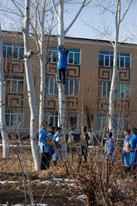 erasmus4 199x300 - Participants of Erasmus+ MAGNET project and students of NukSPI showed their concern for birds and hanged the nesting boxes on the trees of the territory adjacent to the Physics-Mathematics department.