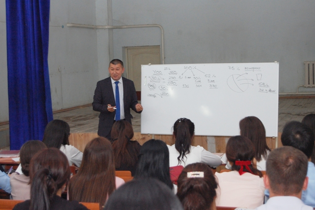 "DSC 3826 - The rector of Nukus SPI explained  students about the studies ""with scholarship"" and ""without scholarship"""