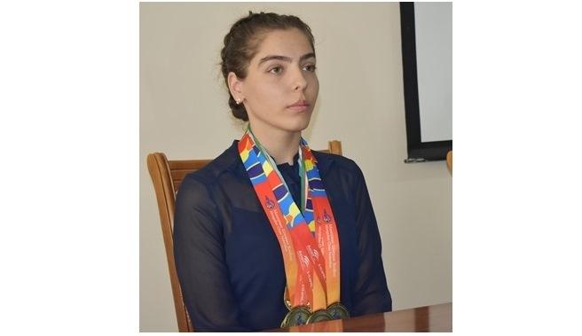 2 - Институтымыз студенти Махим Оразмухаммедова «Үмит ушқыны» көкирек белгиси менен сыйлықланды
